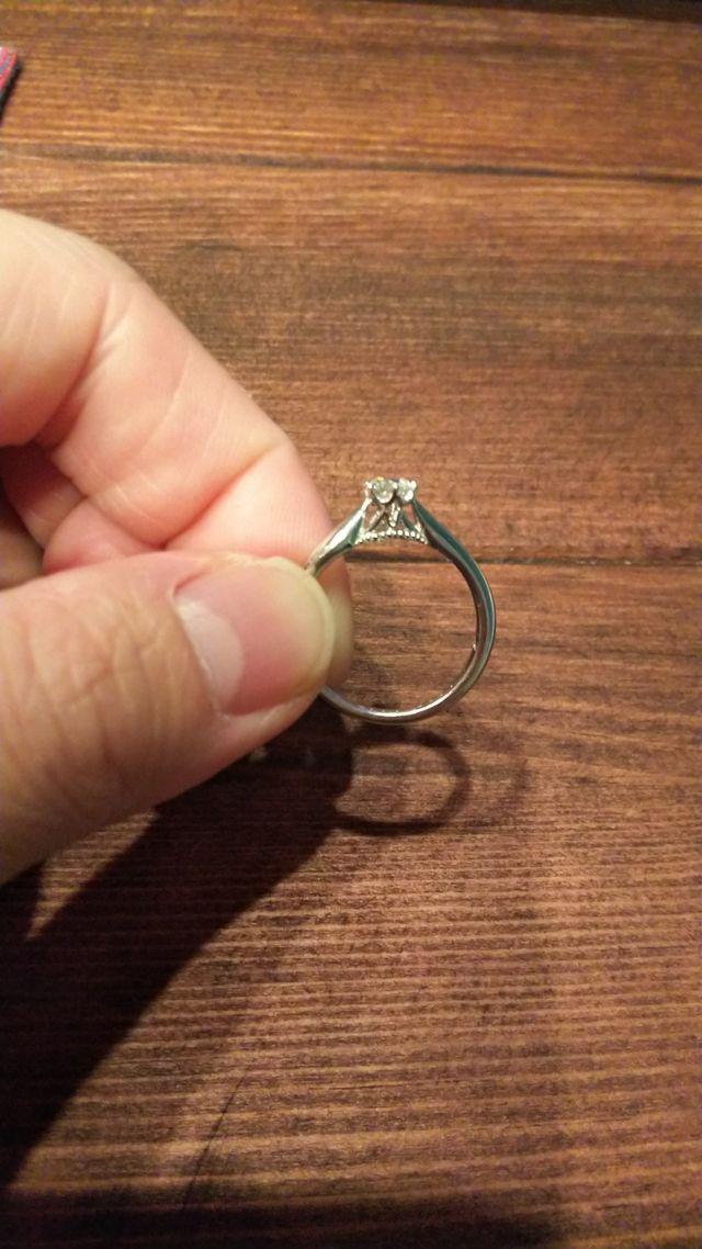 光でダイヤが反射するようにダイヤの下に隙間があります。