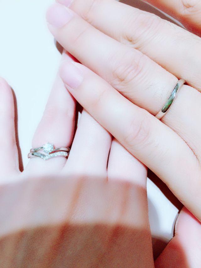 別ブランドの婚約指輪と重ね付けしたものです。