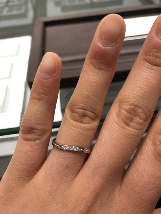 ウェーブとミル打ちでデザイン性のあるリングです。