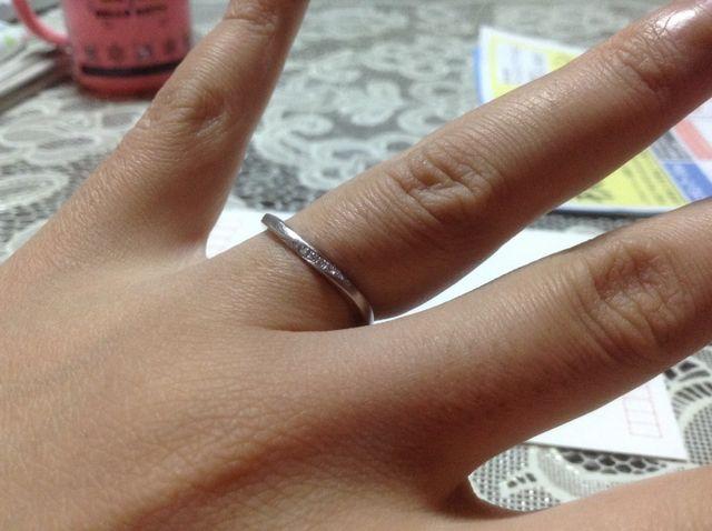 小さなダイヤモンドが付いています。