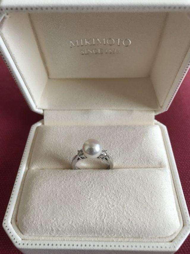 婚約指輪です。パールの左右に小さなダイヤが付いています。