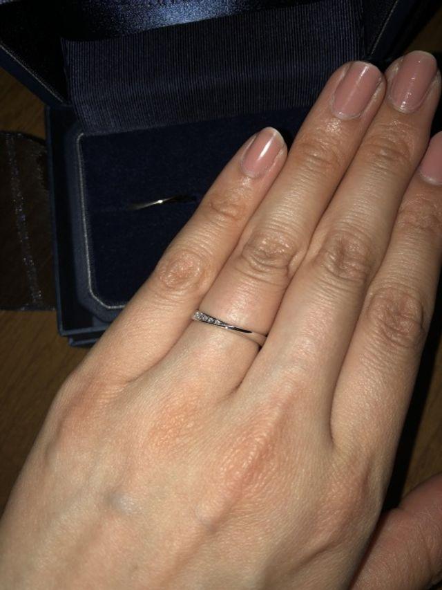 中心にひねりがあり、女性には小指側にダイヤが入っています。