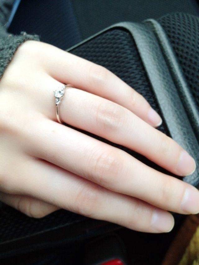 指輪を貰った直後の車内で撮影したものです