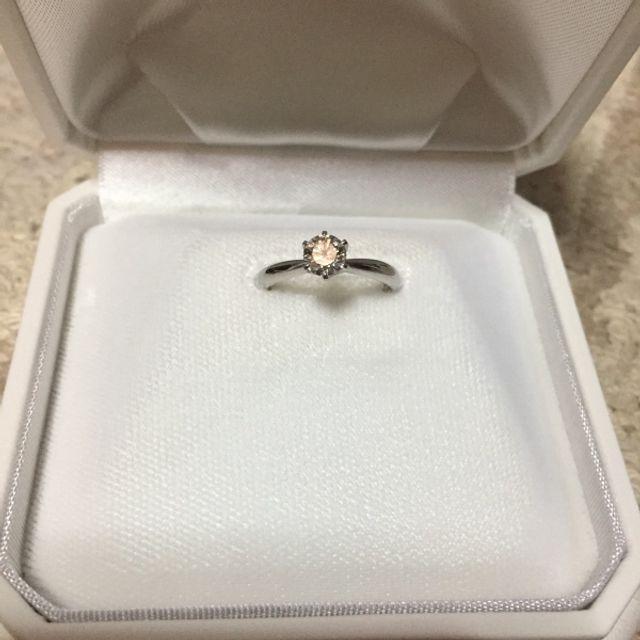 たて爪のシンプルなデザインの婚約指輪です。