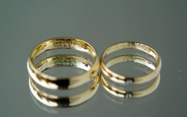 内側に指紋が刻印された結婚指輪