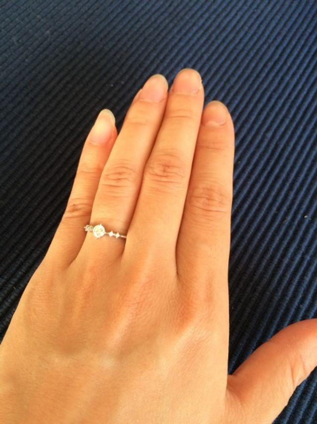 左手の薬指にはめた指輪