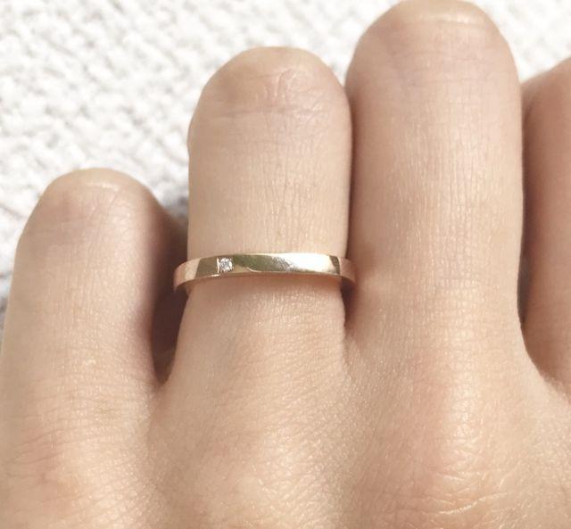 小さなダイヤを入れました。裏側はひねりとスターダスト加工。