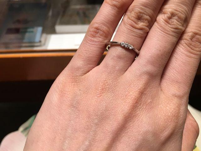 ダイヤがリボンのような形で、真ん中のダイヤ一番大きい。