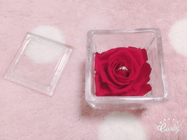 婚約指輪とバラの入れ物です