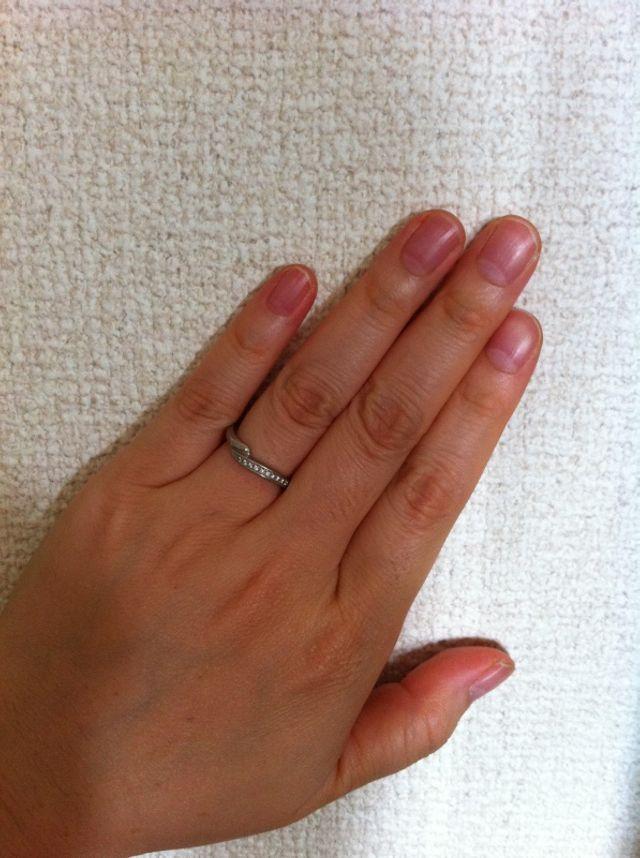 結婚指輪をしているところ。