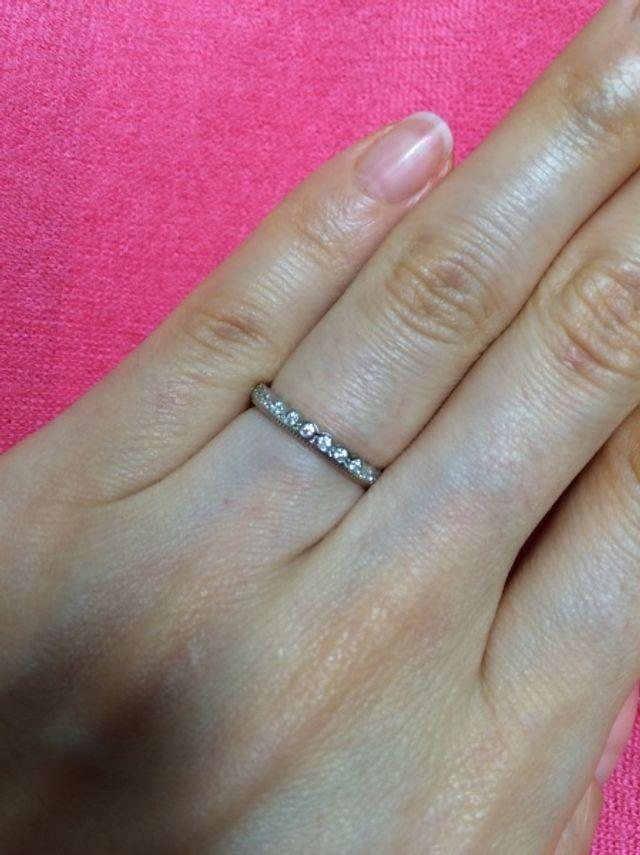 細身ですがメレダイヤがビッシリでキラキラが綺麗です。