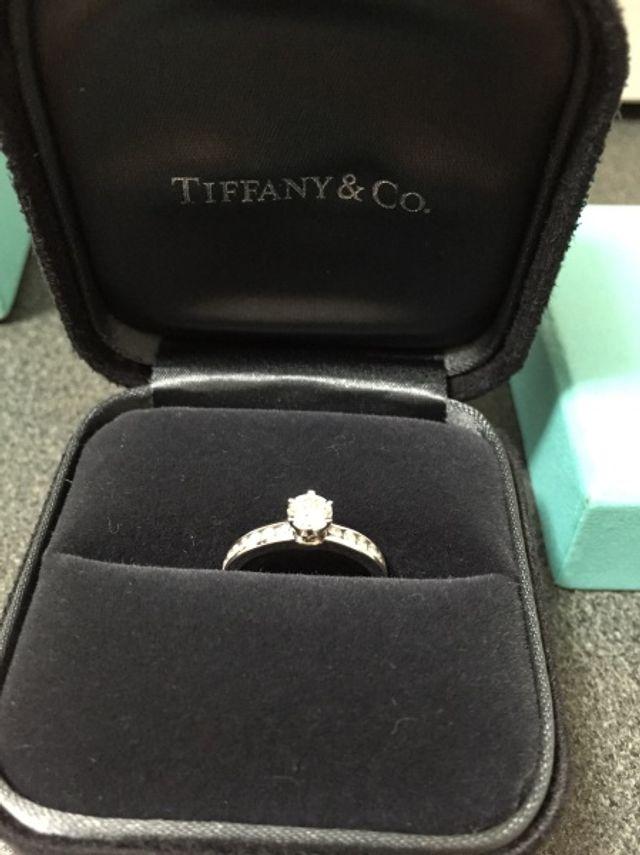 大きいダイヤが1つと小さいダイヤが14個埋め込まれています