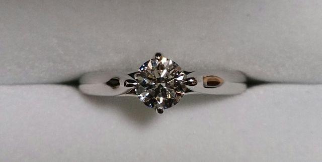 シンプルですが、ダイヤが0.5ctなので存在感があります。