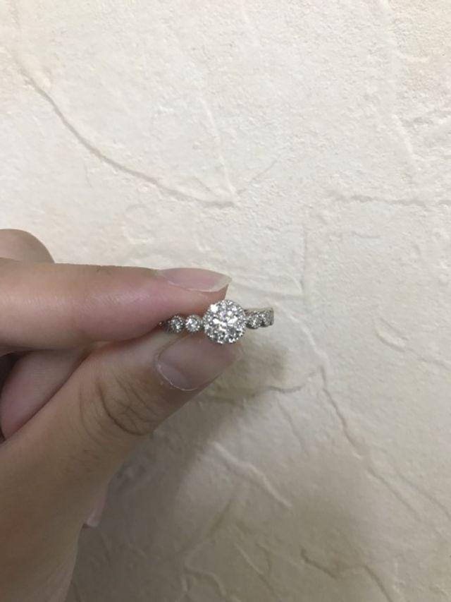 センターのダイヤの周りと両脇にメレダイヤが付いています