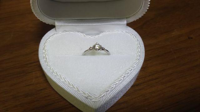 シンプルなリングの両側にかわいいピンクダイヤが付いてます✨