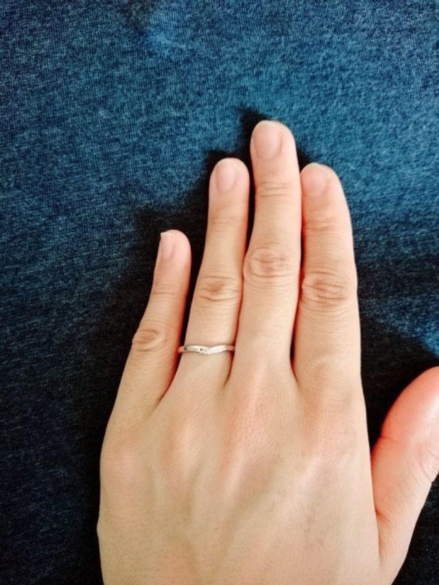 指がきれいに見えるので、V字にしました