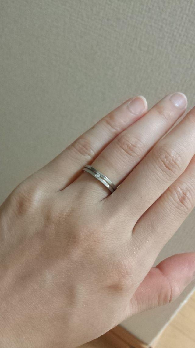 中心にダイヤ。指輪が半分に分かれておりそれを繋ぐという意味