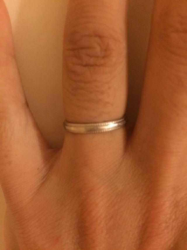 結婚指輪着用の様子。ミルがハートマークになっています。
