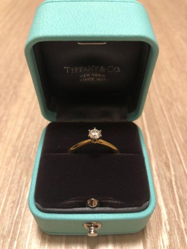 ティファニーブルーのBOXに入った婚約指輪