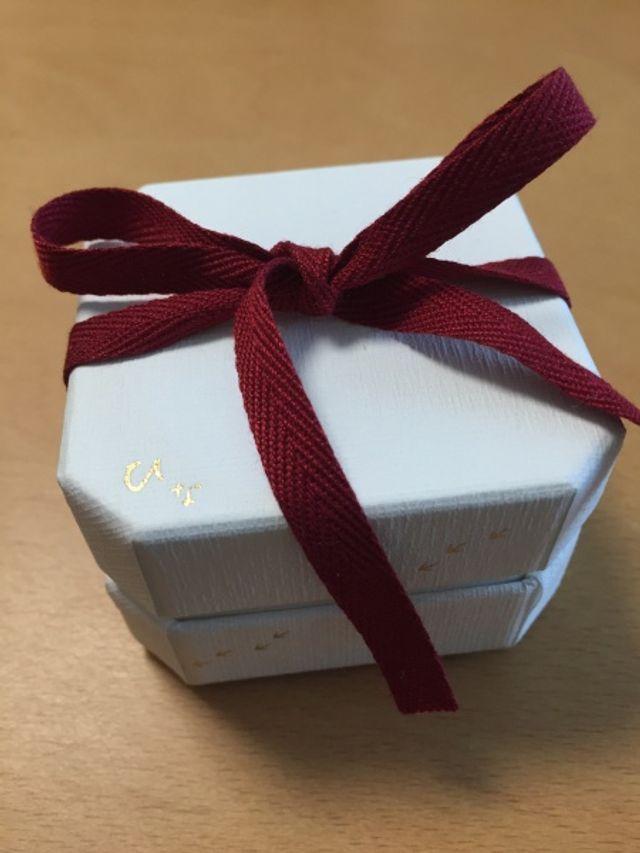 婚約指輪だけだと、このような和紙テイストの紙箱に入ります。