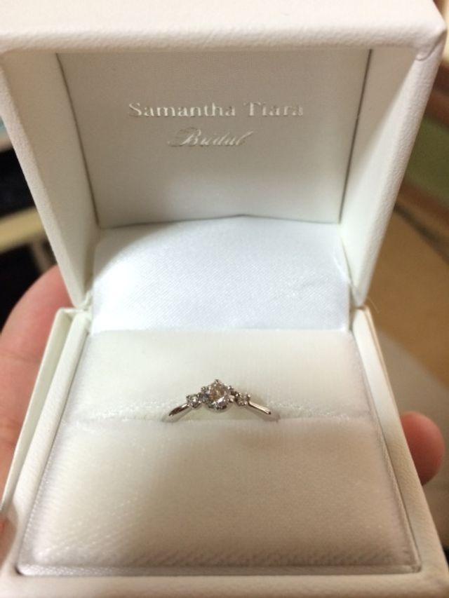 真ん中と両端にダイヤが付いており、とても可愛いです