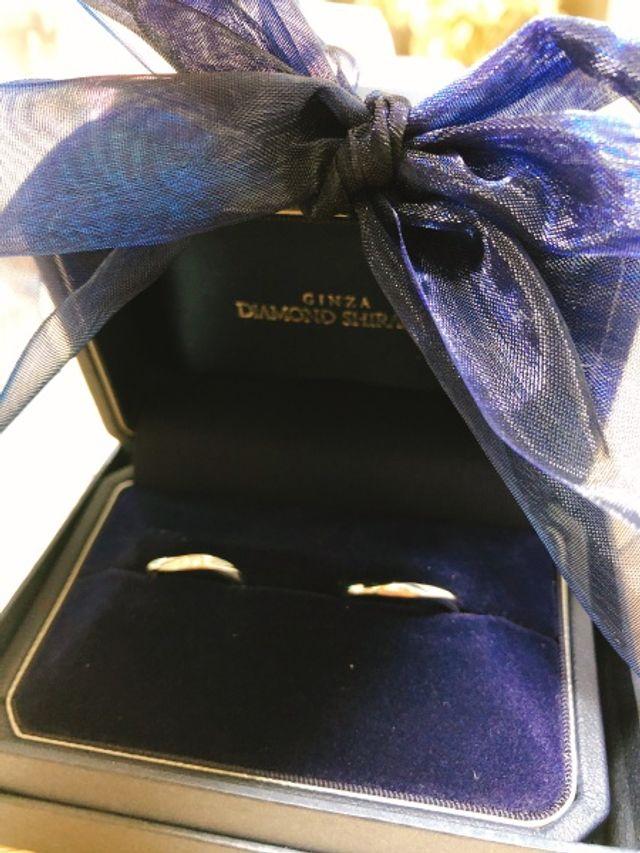 嫁の婚約指輪と重ねてつけられるようにシンプルなものを。