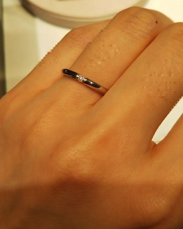 細身の指輪で、真ん中のダイヤがしっかり見えます。