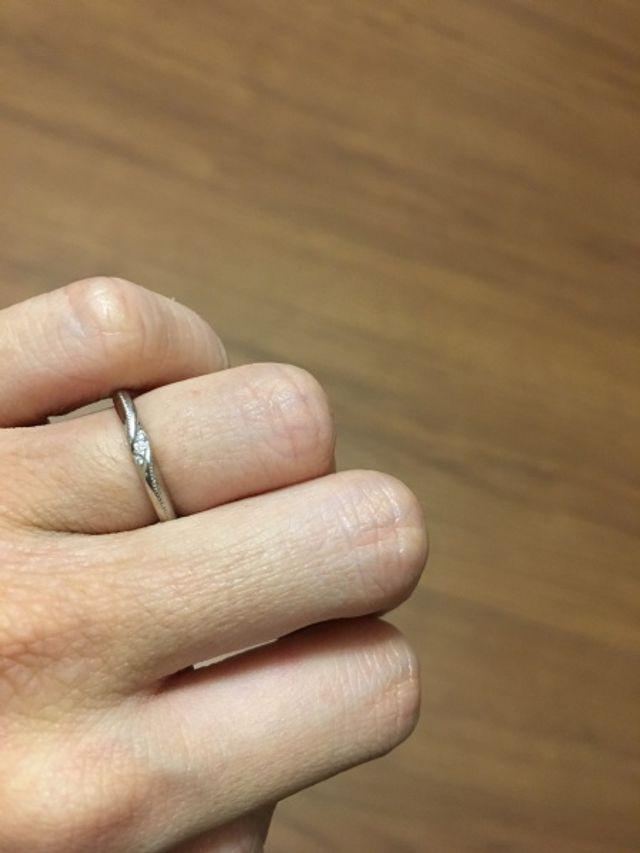 プラチナ素材でダイヤモンド3つ。カスタムでミル打ちしました