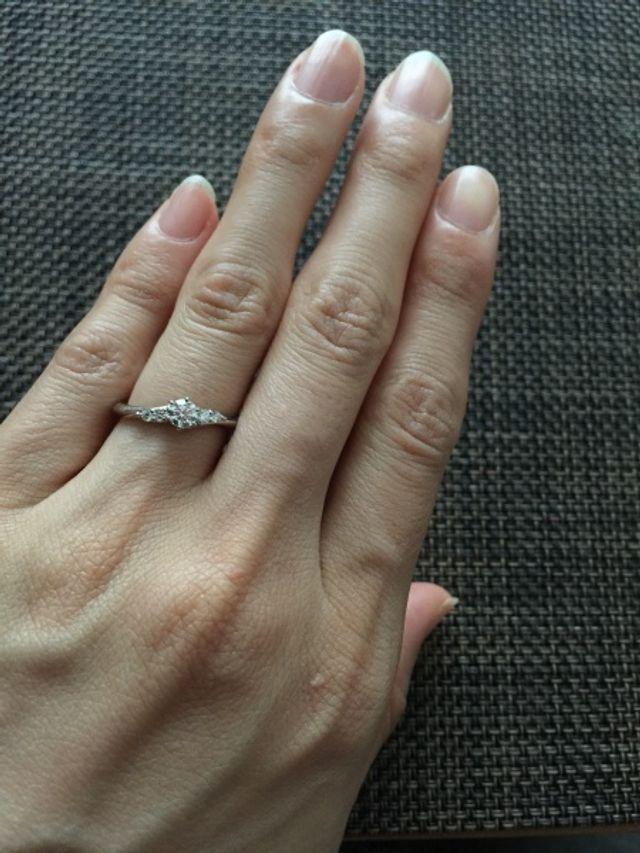 指に沿う様な曲線のリング。指が細く見えます。