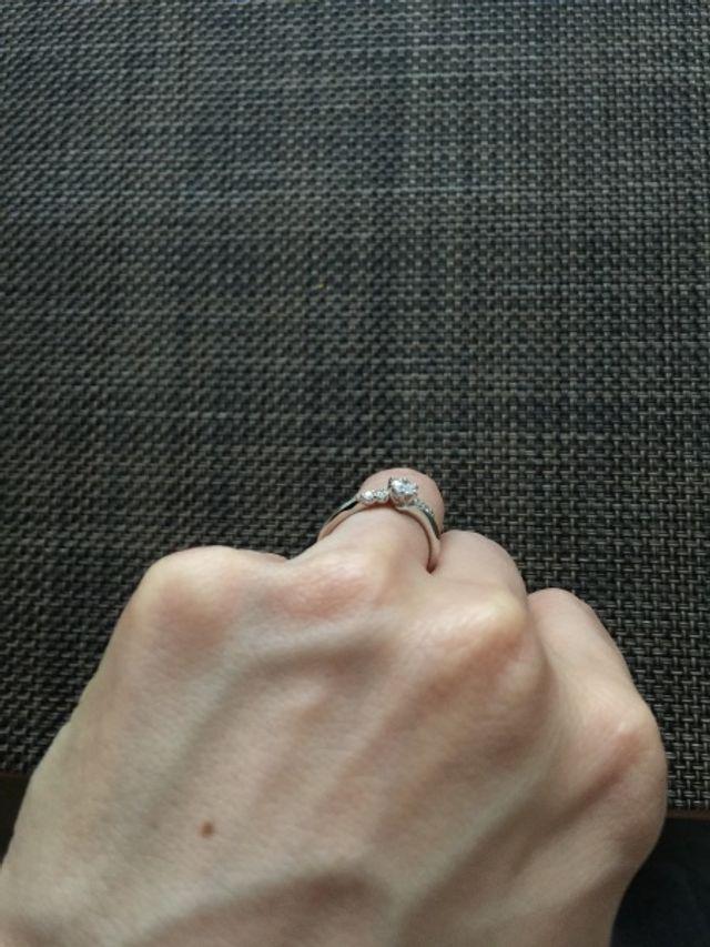 左右に大きさの違うダイヤが二個ずつ。大きく見せれます。