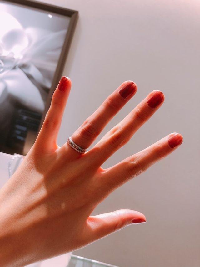 結婚指輪とセットでつけるとよりキラキラ輝いて素敵です。