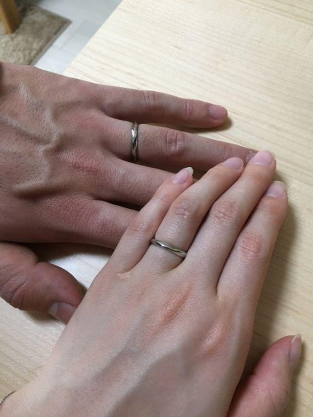 全く同じ形のシンプルな指輪にしました。