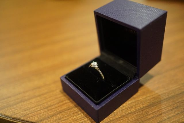 指輪を真横からみるとすずらんのような形になっています。