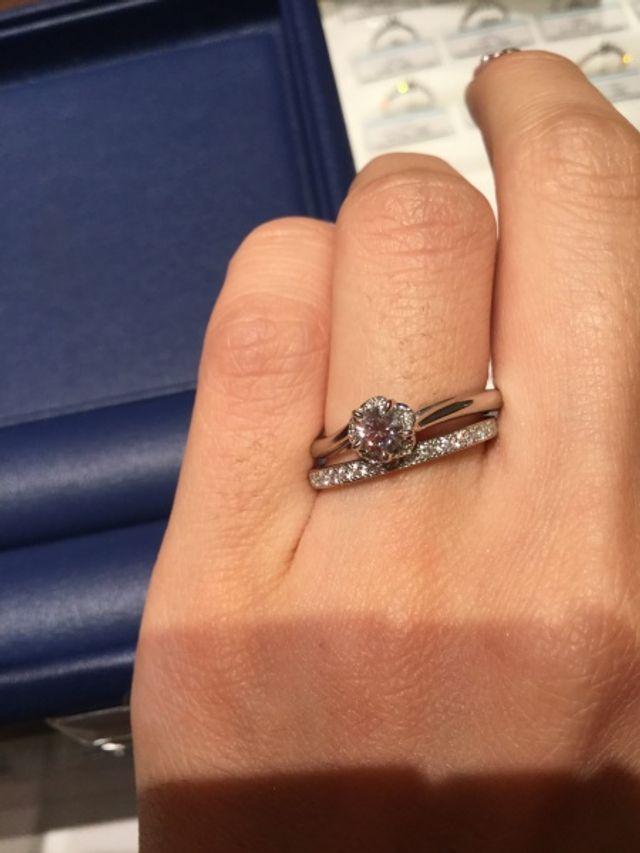 結婚指輪は検討中なので上の婚約指輪のみ購入しています。