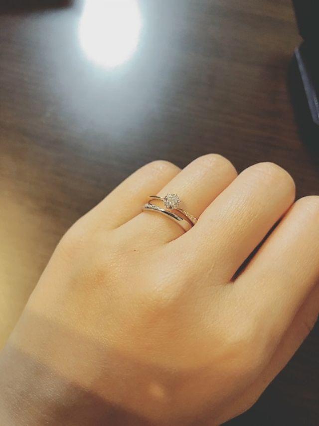 婚約指輪はゴールドですが、重ねづけしてもオシャレです
