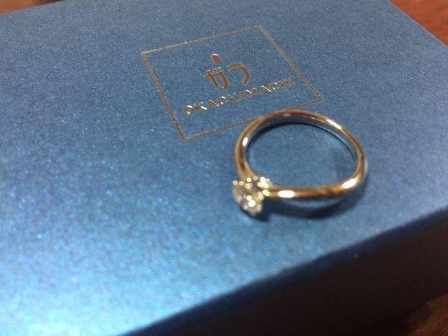 カーブしたリングが指を細く華奢に見せてくれます