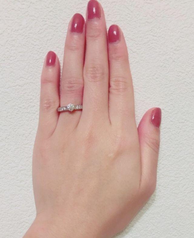 サイドのメレダイヤと、しっかりしたリング幅がお気に入りです。