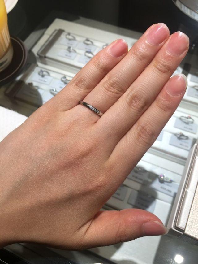 少しダイヤが付いた華奢な指輪