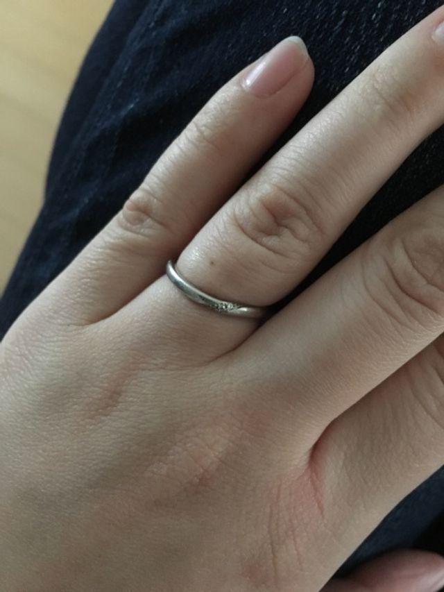小さいダイヤが何個か付いている結婚指輪です。