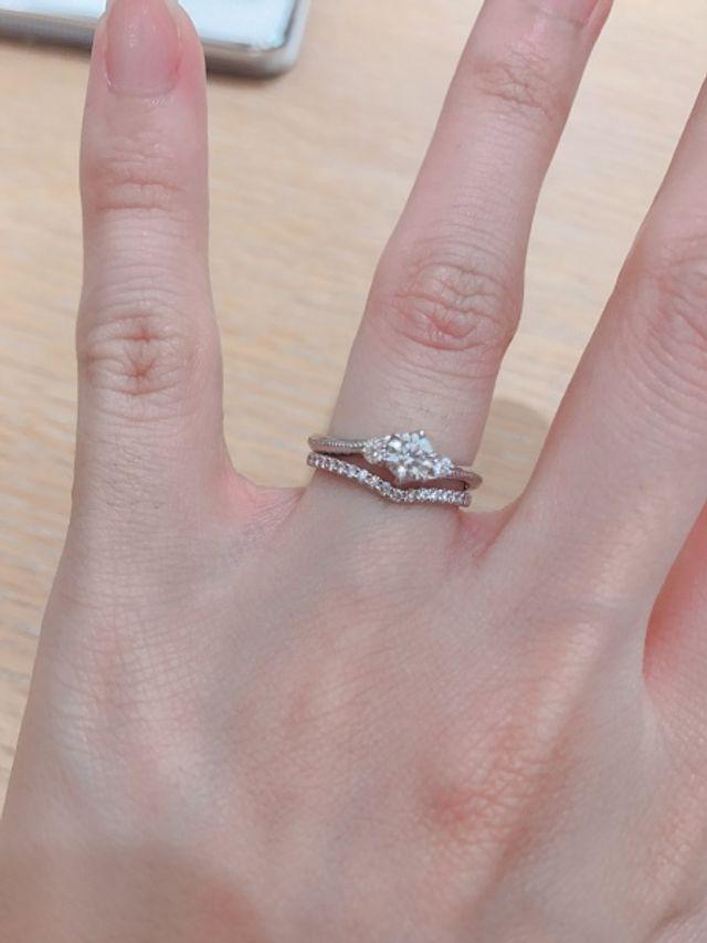 婚約指輪と重ね付けしているハーフエタニティのほうです