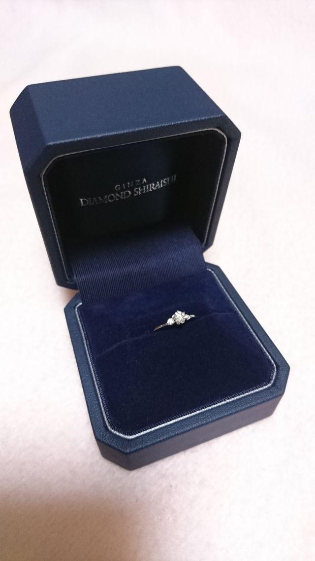 メインダイヤのサイドにひとつずつダイヤがあるデザインです。