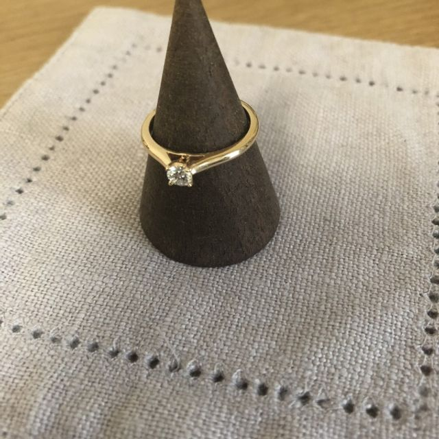 ピンクゴールドのリングです。派手すぎず気に入っています。