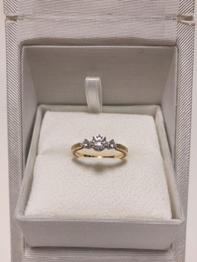 中央のダイヤの大きさは0.32カラットです。