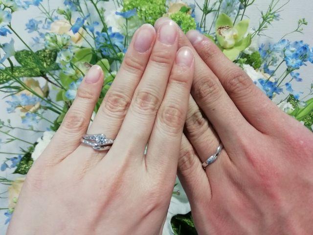 左側の手の薬指にある2つの指輪のうちの上側の婚約指輪です。