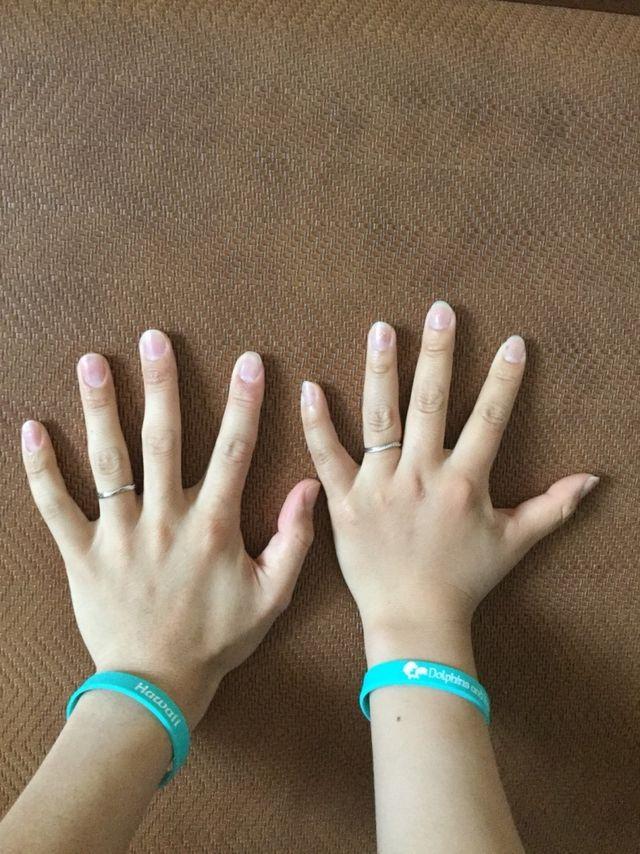 ハネムーンで、二人の指輪を並べて撮りました