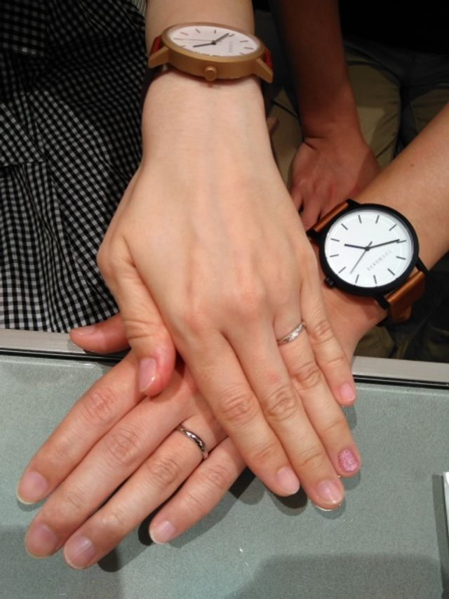 二人の指を細く長めに見せてくれる指輪。