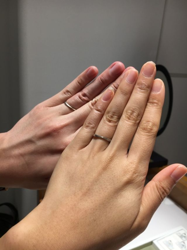 2人で着用した画像です。どんな指にもぴったりでした。