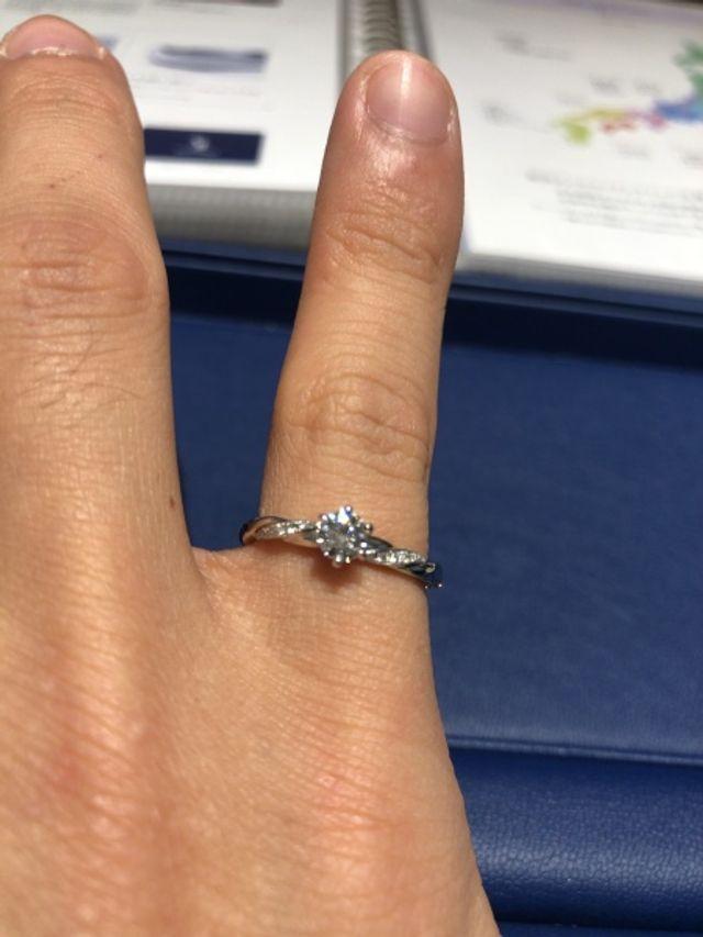 リングのひねりがとても可愛く、ダイヤの輝きが引き立つ指輪です