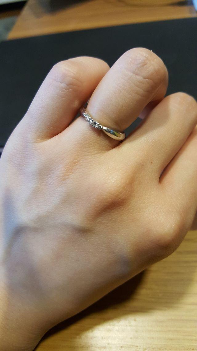 真ん中が少しきゅっとし、そこにさりげないダイヤが可愛い。