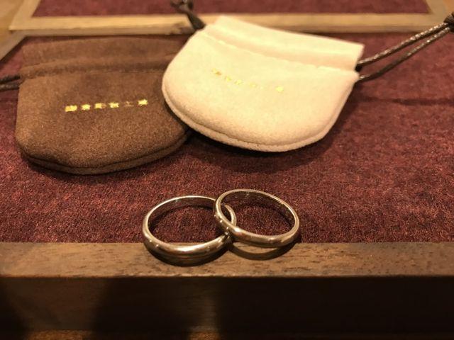 指輪を入れる巾着は2色あり最後にプレゼントして頂けます。